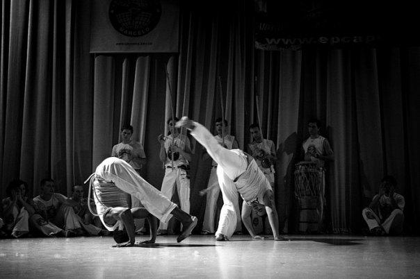 В роде капоэйры игроки демонстрируют гармонию движений и чудеса владения своим телом. Фотография Paulus Treze.